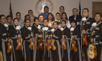 Jovenes del grupo de mariachi de las dos  High School recibieron nuevos trajes